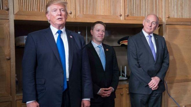 特郎普总统、白宫副国家安全顾问博明(中)和前白宫办公厅主任约翰·凯利(John Kelly,右)