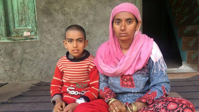 आठ साल के अपने बेटे बिलाल के साथ लतीफ़ा बेगम