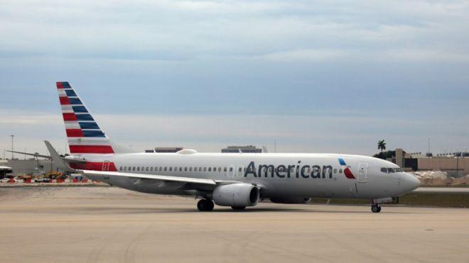 Человек в противогазе пытался сесть в самолет в США. Его выгнали