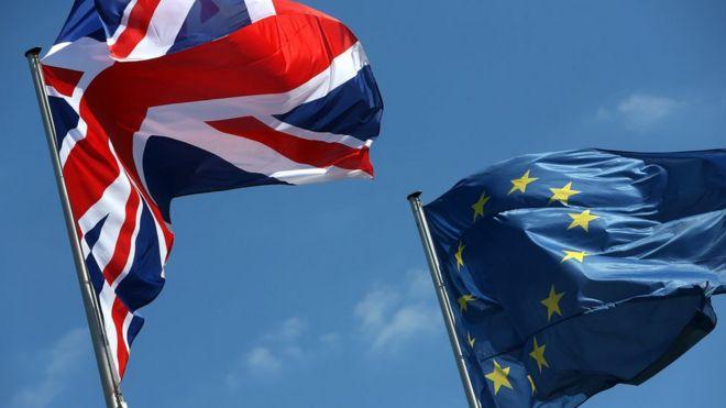 Las banderas de la UE y Reino Unido.