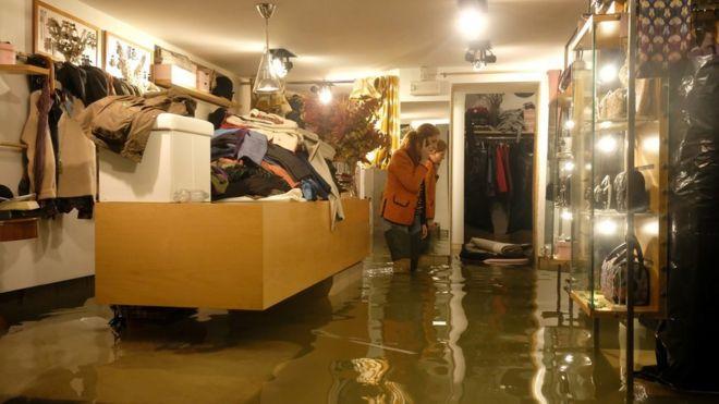 Una tienda inundada en Venecia.