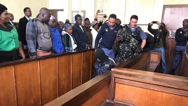 Les cinq suspects à leur arrivée au tribunal
