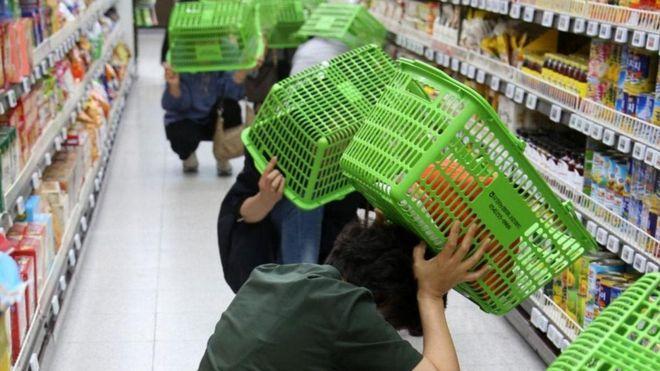 Personas se protegen durante un sismo