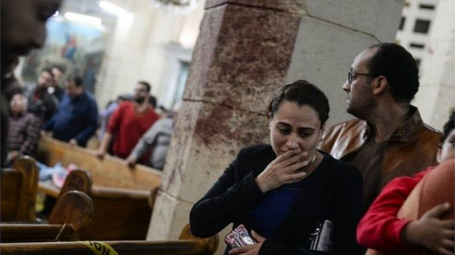 Pessoas no local do ataquem em igreja em Tanta