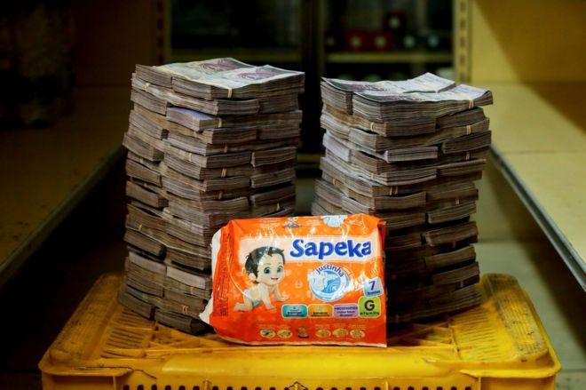 Pacote de fraldas ao lado de 8.000.000 bolívares