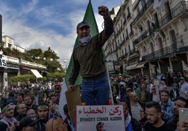 4b1238a68 متظاهرون في العاصمة الجزائرية مصدر الصورة Getty Images Image caption  متظاهرون في العاصمة الجزائرية. قالت الشرطة في الجزائر ...