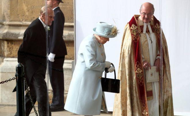 وصلت الملكة إليزابيث الثانية ودوق إدنبره لحضور حفل زفاف حفيدتهم.