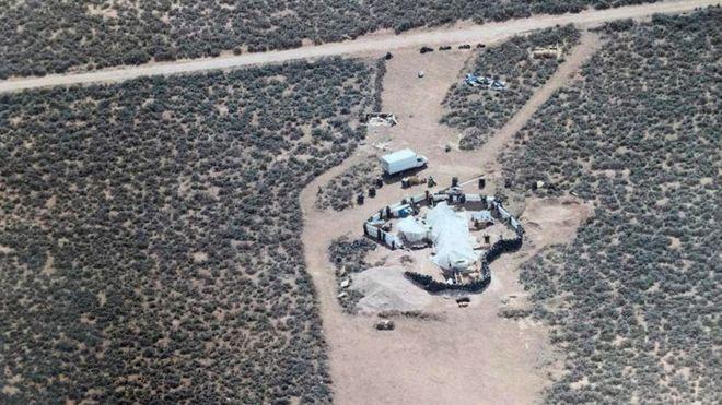"""Vista aérea do """"acampamentoimprovisado' onde 11 crianças famintas e em condições precárias de vida foram encontradas no meio do deserto, no Novo México, nos Estados Unidos."""