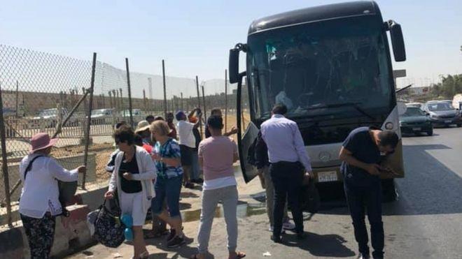 تفجير الجيزة: إصابة 17 في استهداف حافلة سياحية قرب المتحف المصري الكبير