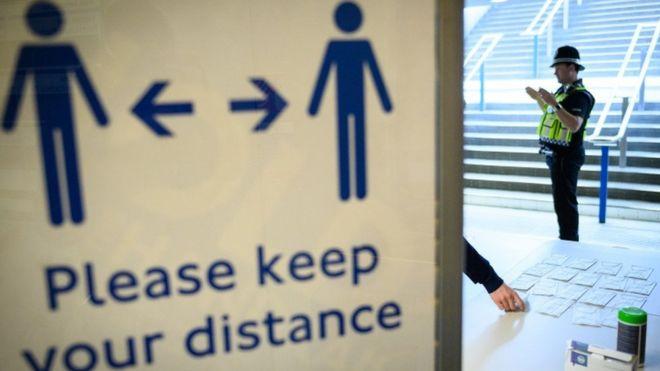 İngiltere metrolarında 'Lütfen mesafenizi koruyun' yazılı panolar yer alıyor