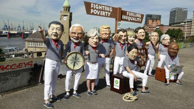 Hamburg'da eylemciler dünya liderlerinin maskelerini takarak protesto gösterisi yaptı