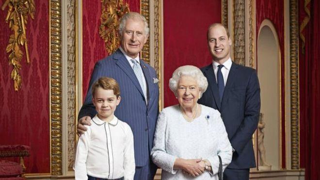 صورة رسمية جديدة لملكة بريطانيا وورثة عرشها