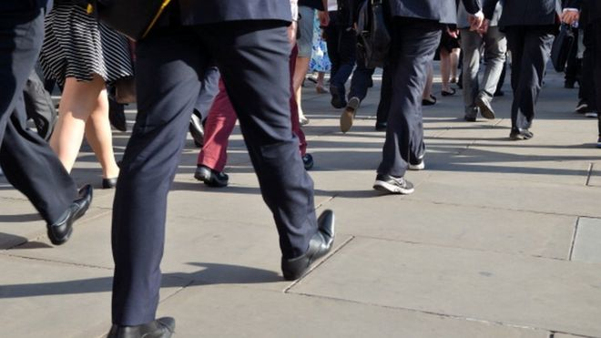 Люди, идущие по тротуару