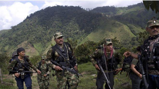 Мятежники Фарка гуляют в штате Антиокия, на северо-западе Андских Колумбий, 6 января 2016 года