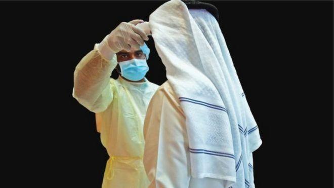 أحد العناصر الطبية يفحص شخصاً من الكورونا