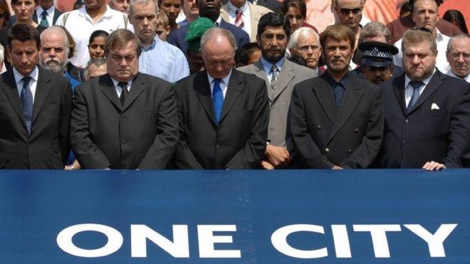 Лорд Коу, вице-премьер Джон Прескотт, мэр Лондона Кен Ливингстон, имам Икбал Сиддики и раввин Джонатан Сакс бок о бок на Трафальгарской площади 14 июля 2005 года