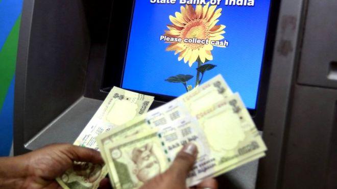नोटाबंदीच्या वेळी 500 आणि 1000च्या नोटांवर बंदी आली होती. त्यामुळे ATMबाहेर मोठ्या रांगा होत्या.