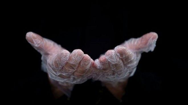 چرا سازمان بهداشت جهانی پوشیدن دستکش را توصیه نمیکند؟