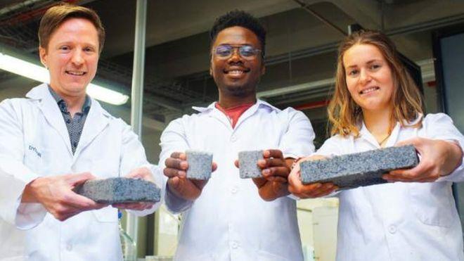 Dr Dyllon Randall (ibumoso), wayoboye umushinga wo gukora aya matafari akozwe mu nkari, mu ifoto n'abanyeshuri Vukheta Mukhari na Suzanne Lambert