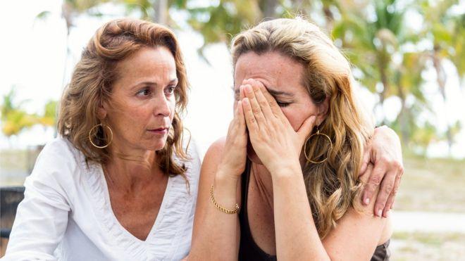 Una mujer consuela a otra