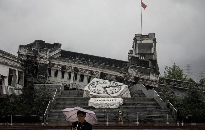 2018年4月30日,一名遊客在參觀映秀鎮漩口中學地震遺址。