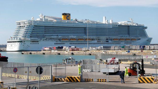 У китаянки на круизном лайнере в Италии заподозрили коронавирус. Никого из 7 тысяч человек с судна не выпускают