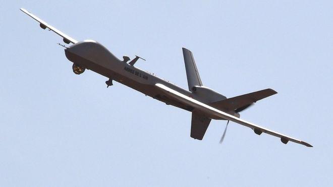 Drone modelo Reaper voando sob um céu azul