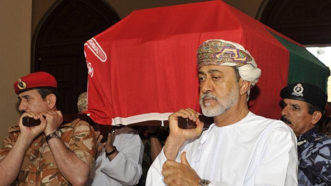 السلطان هيثم يشارك في حمل نعش سلفه