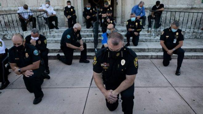 Policías de Coral Gables arrodillados