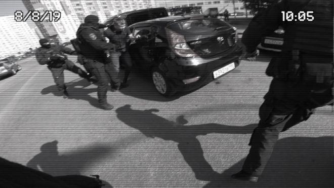 El momento en que Serguei saca a su amigo del carro, como parte de la broma para proponerle matrimonio a su novia.