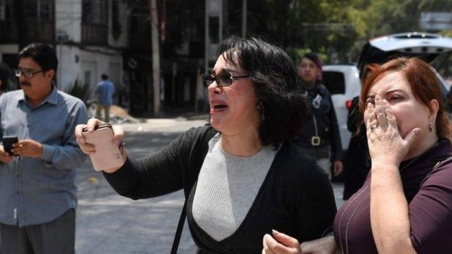 Женщины на улице Мехико, потрясенные масштабом разрушений