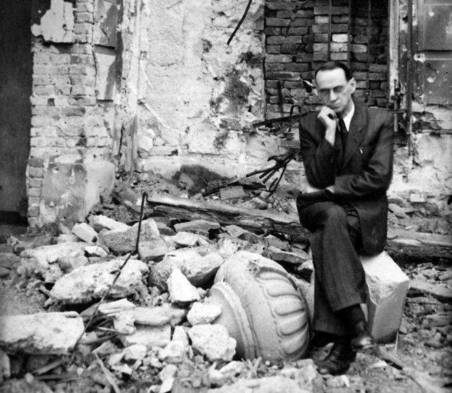 Карл Лутц в разрушенном Советской армией Будапеште