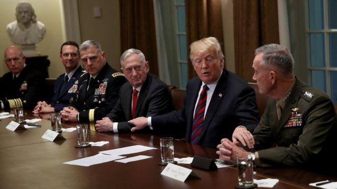 Trump y varios generales.