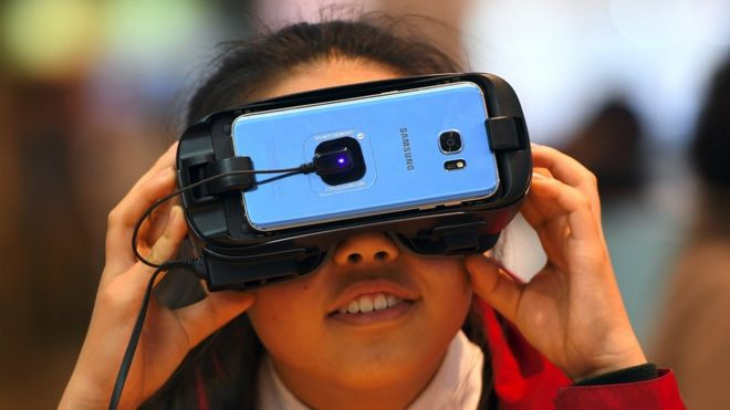 A girl experiences Samsung Electronics' Gear VR at its showroom in Seoul on April 27, 2017