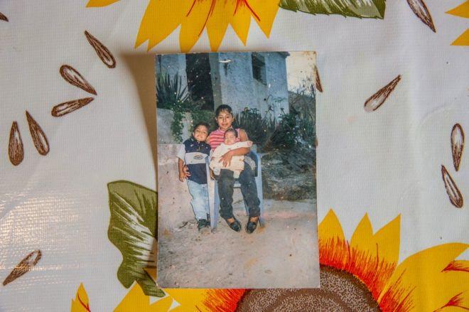 Maria segura o filho Ricardo ainda bebê no colo na casa da família em Acatlán