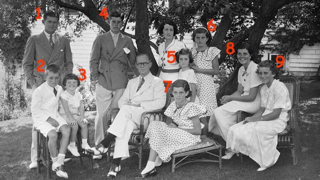Joseph y Rose Kennedy con sus 9 hijos.