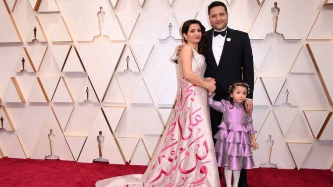 """مخرجة الفيلم السوري """"من أجل سما"""" وعد الخطيب، وزوجها وابنتها """"سما"""" على السجادة الحمراء"""