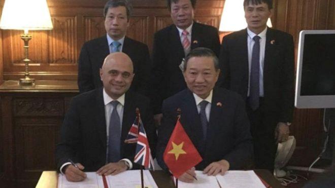 Bộ trưởng Bộ Công an Tô Lâm (hàng trước bên phải) và Bộ trưởng Nội vụ Anh Sajid Javid tại buổi ký kết hôm thứ Tư 20/11.