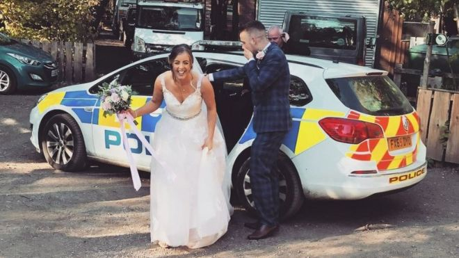 Lincoln Police Help Stranded Newlyweds After Breakdown Bbc News