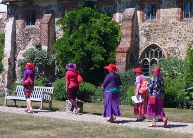 مجموعة من النسوة يتوجهن باتجاه كنيسة