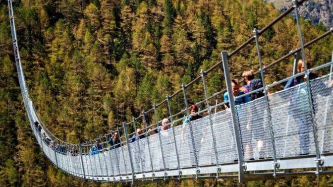 Daraja lililotundikwa lenye mita 500 linalokisiwa kuwa refu zaidi duniani limefunguliwa katika mji wa Zermatt nchini Uswizi.