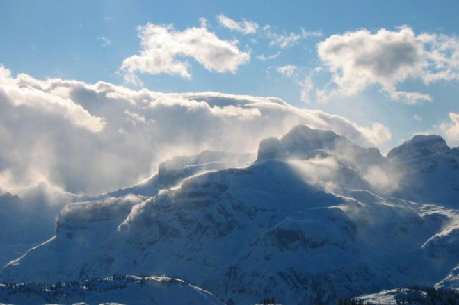 https://ichef.bbci.co.uk/news/660/cpsprodpb/13BE6/production/_95307808_meteoswiss5_blowing_snow_during_foehn-3.jpg