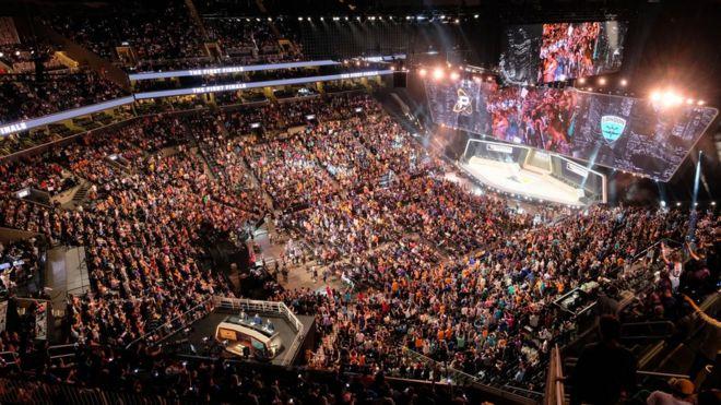 """27 يوليو/تموز، نيويورك الولايات المتحدة، منظر لحشد من الجماهير خلال افتتاح نهائي دوري أبطال """"أوفرواتش"""" في مركز باركلايز."""