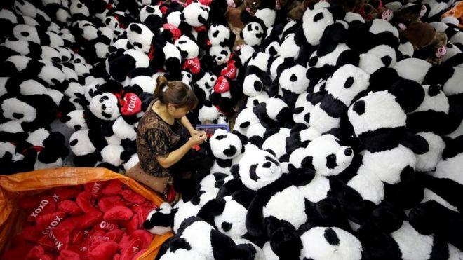 连云港一家工厂生产的毛绒玩具,将向全球各国发货。