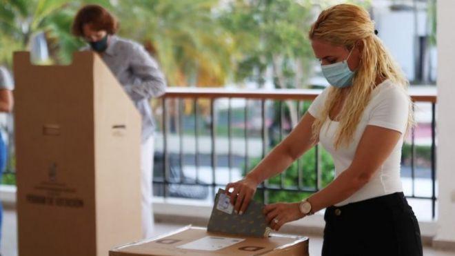 Mujer votando en República Dominicana.