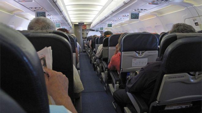 Interior de un avión con pasajeros