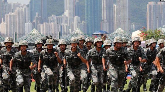 雅戈尔女装中国驻港部队2019年6月30日在香港昂船洲海军基地举行军事表演。
