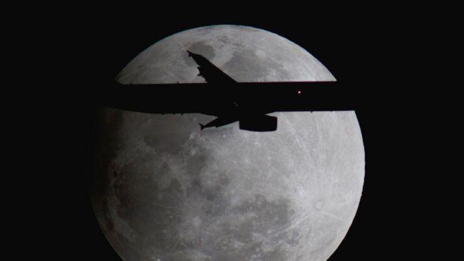 Avión Airbus frente a la imagen de la Luna