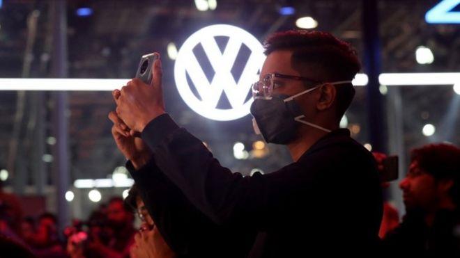 2020年2月5日,在印度大诺伊达举行的2020年印度汽车博览会上,访客在大众展示厅戴口罩作为预防Corona病毒的预防措施。