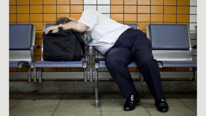 Чоловік спить у громадському місці